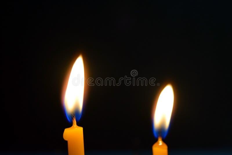Закройте вверх по взгляду свечей горя ярко в темноте стоковая фотография rf