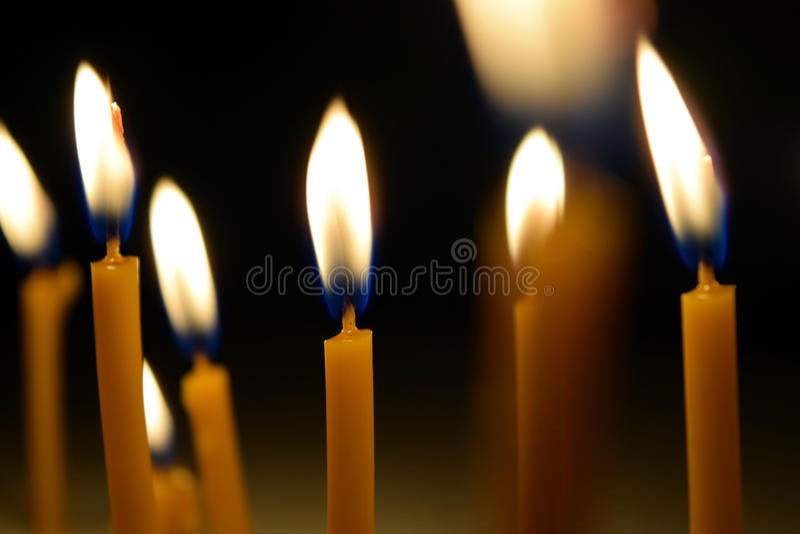 Закройте вверх по взгляду свечей горя ярко в темноте стоковые фотографии rf