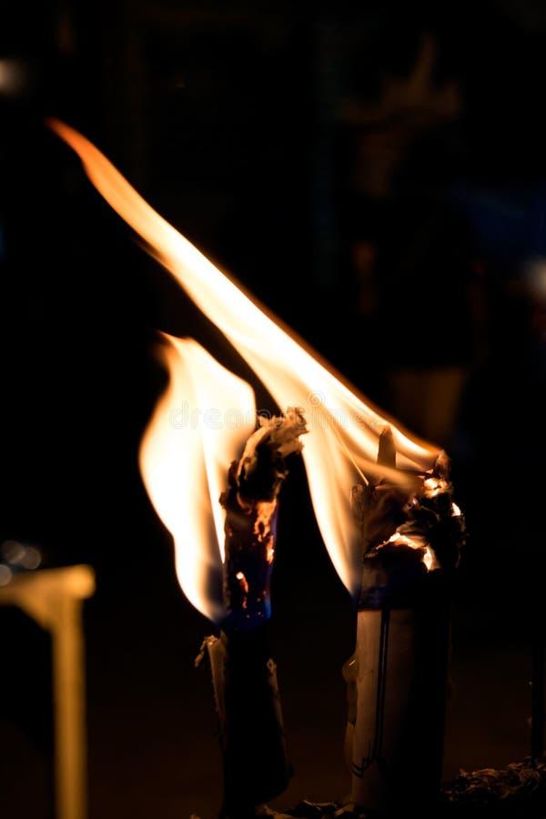 Закройте вверх по взгляду свечей горя ярко в темноте стоковое фото rf