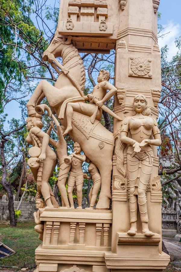 Закройте вверх по взгляду скульптур человека играя thavil барабанчика в Тамильском языке, играя Shehnai Nadaswaram в Тамильском я стоковые изображения rf