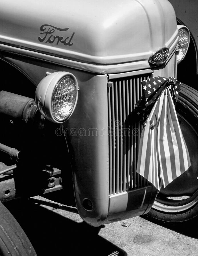 Закройте вверх по взгляду старого трактора Форда стоковое изображение