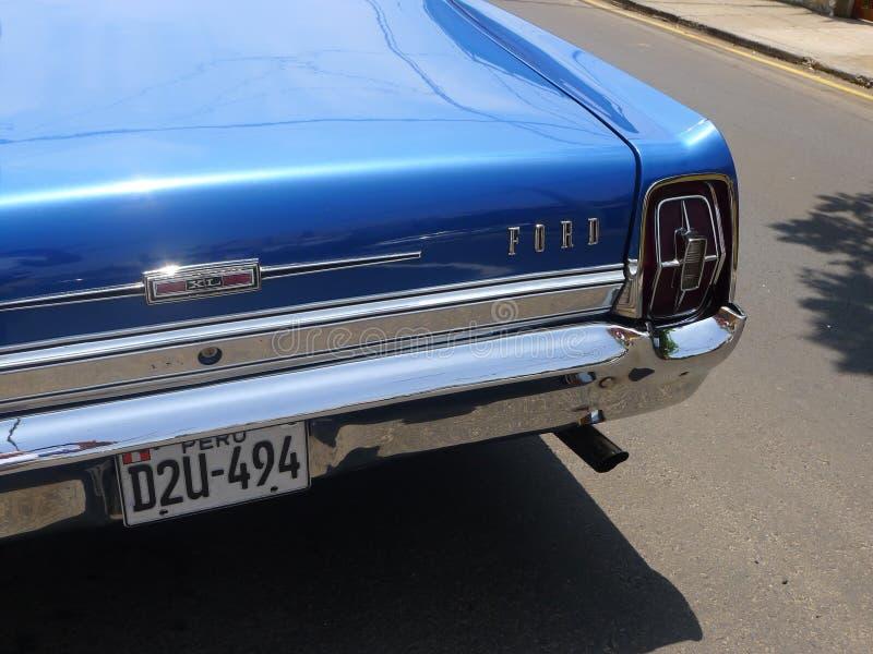 Закройте вверх по взгляду coupe Форда XL цвета большого размера голубого стоковая фотография