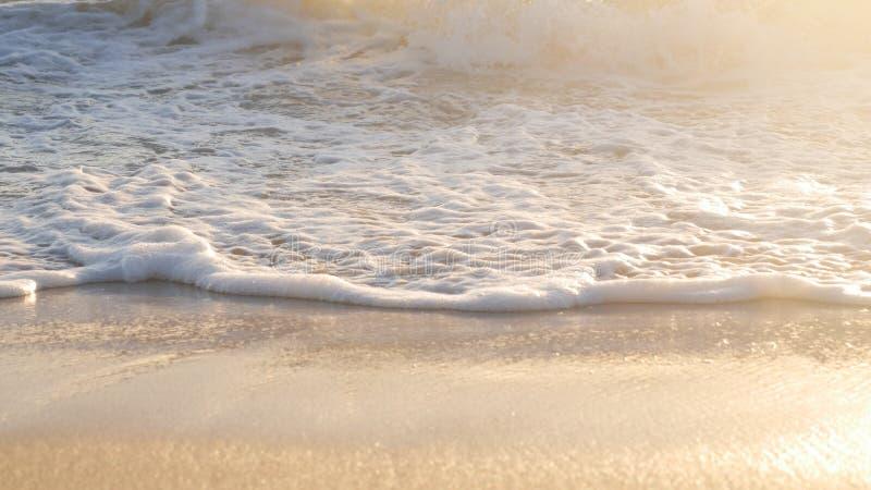 Закройте вверх по волнам на пляже стоковое фото