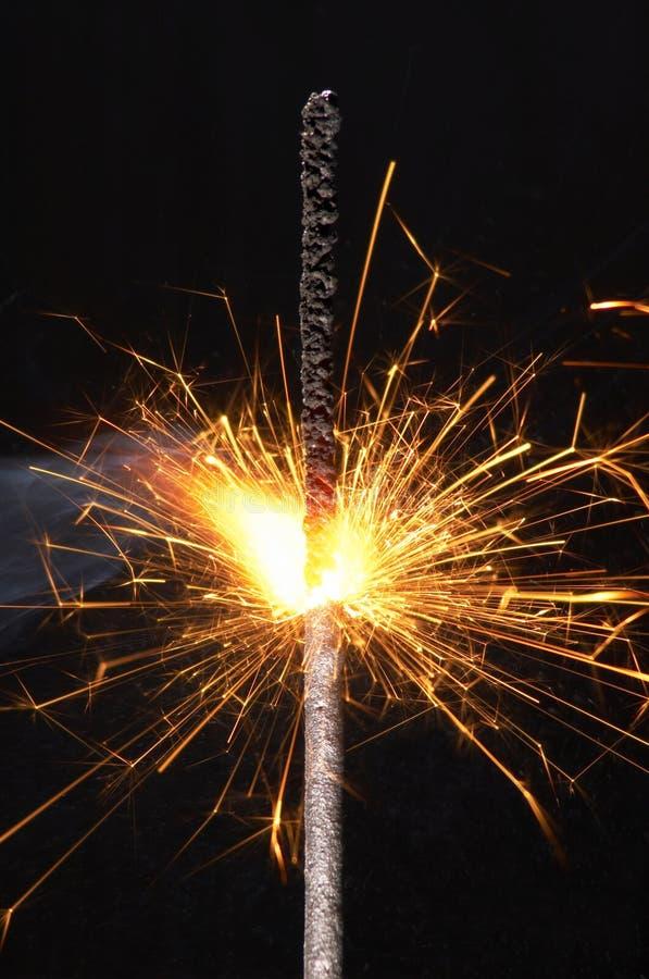 Закройте вверх по горящему бенгальскому огню изолированному на черной предпосылке стоковая фотография