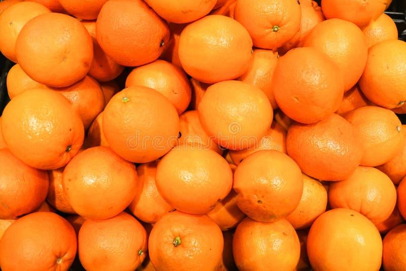 Закройте вверх по группе в составе апельсины мандарина в рынке стоковое фото