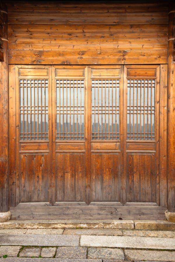 Закройте вверх по двери стиля традиционного китайския деревянной стоковые фотографии rf