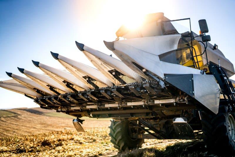 Закройте вверх по деталям жатки комбайна во время сбора осени аграрного стоковая фотография rf