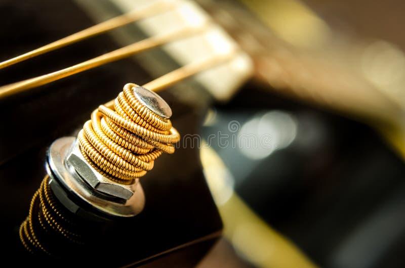 Закройте вверх по детали строки гитары стоковое изображение rf