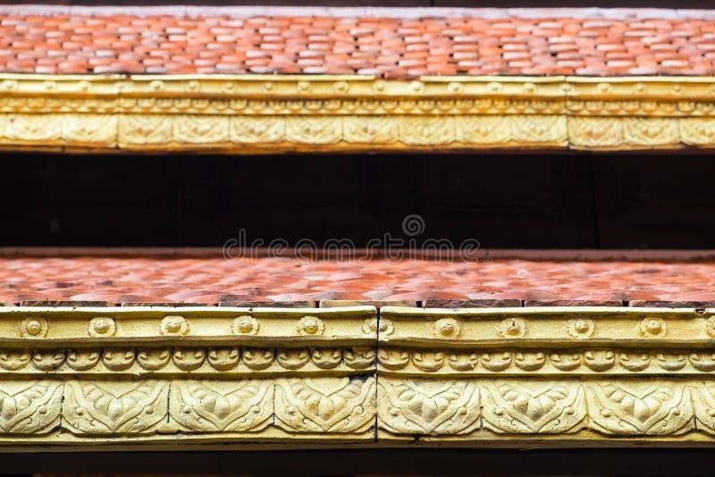 Закройте вверх по детали тайской крыши стиля с цветом апельсина и золота стоковые фотографии rf
