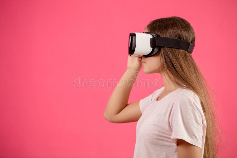 Закройте вверх по женщине профиля молодой с изумлёнными взглядами виртуальной реальности на голове стоковые фото