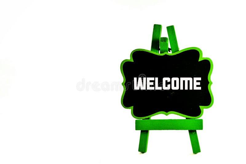 закройте вверх по зеленой черной доске с words& x22; welcome& x22; стоковые фото