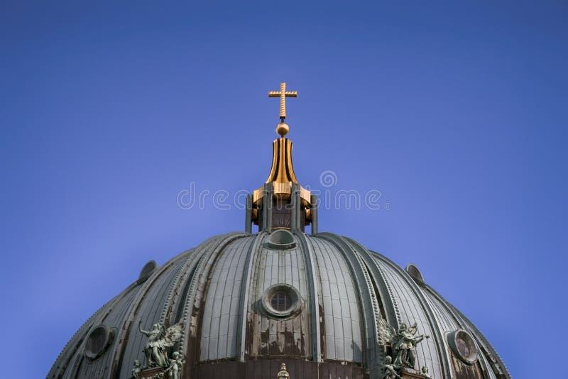 Закройте вверх по золотому кресту стоковое фото