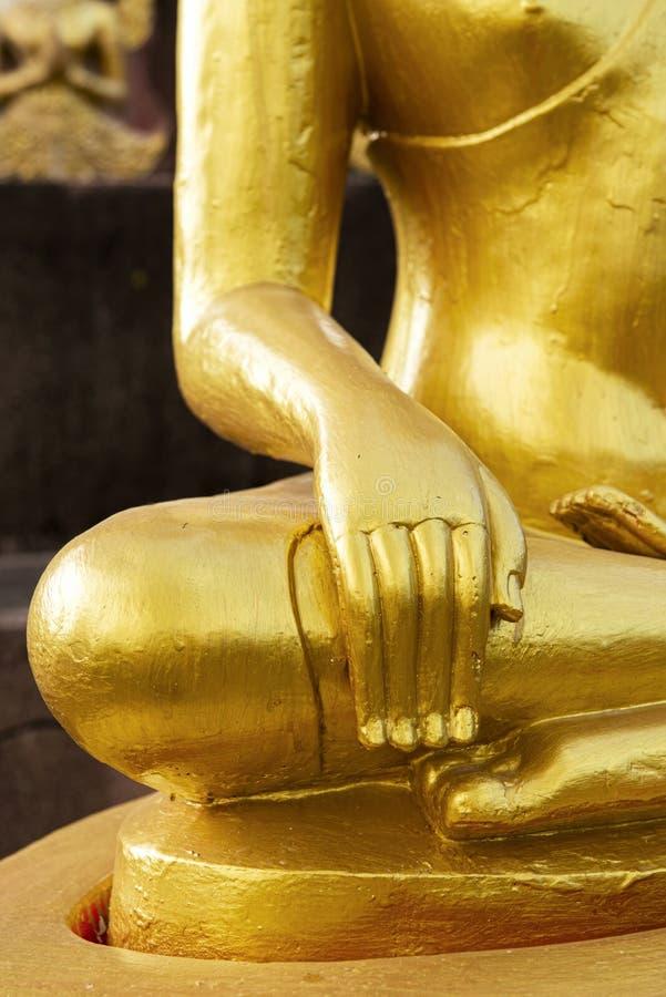 Закройте вверх по золотой статуе Будды в виске Таиланда стоковое изображение