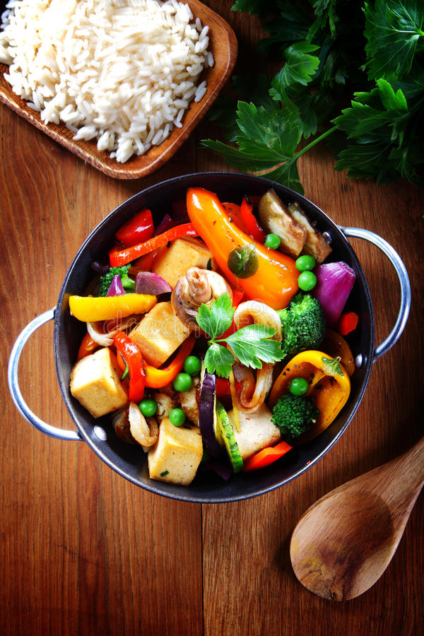 Закройте вверх по здоровому блюду на лотке с рисом на стороне стоковая фотография