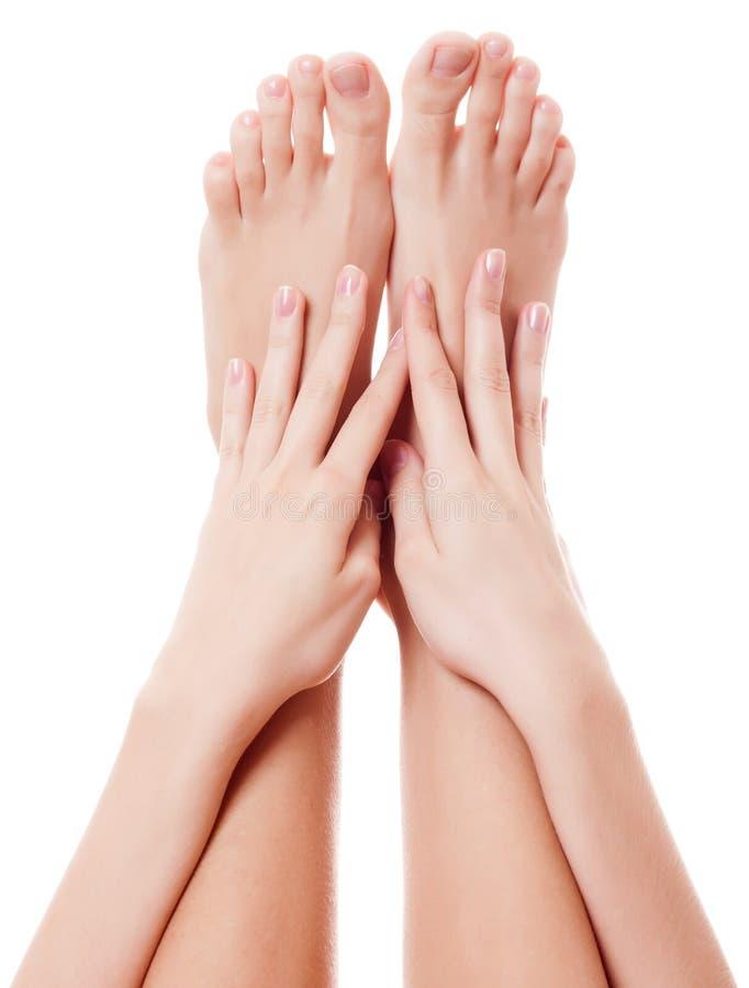 Закройте вверх по изображению босых ног женщины. Изолированный на белизне стоковое фото rf