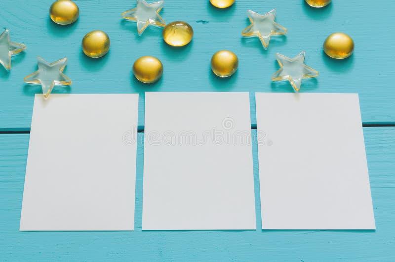 Закройте вверх по изображению желтых мраморов на голубой деревянной предпосылке стоковое фото