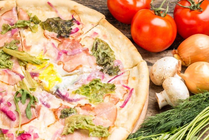 Закройте вверх по изображению пиццы с овощами вокруг стоковое фото rf