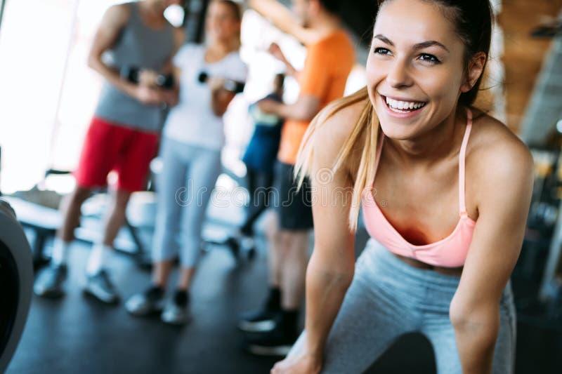 Закройте вверх по изображению привлекательной женщины пригонки в спортзале стоковое фото rf