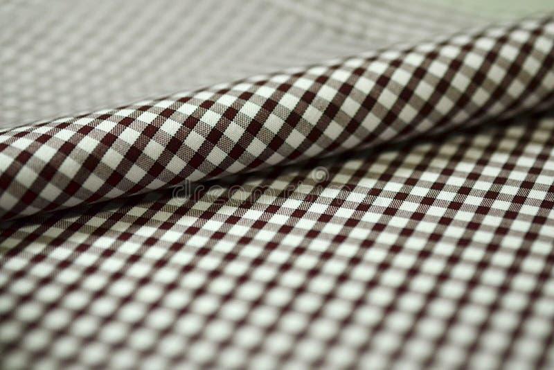 Закройте вверх по линии ткани нашивки крена коричневой и белой рубашки стоковое изображение