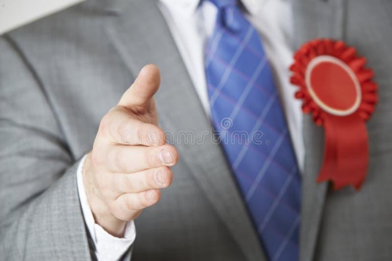 Закройте вверх политика достигая вне для того чтобы трясти руки стоковые фото