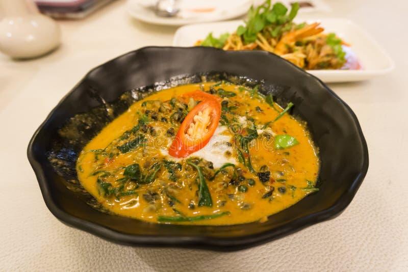 Закройте вверх по карри традиционной тайской еды красному с Acasia стоковые фотографии rf
