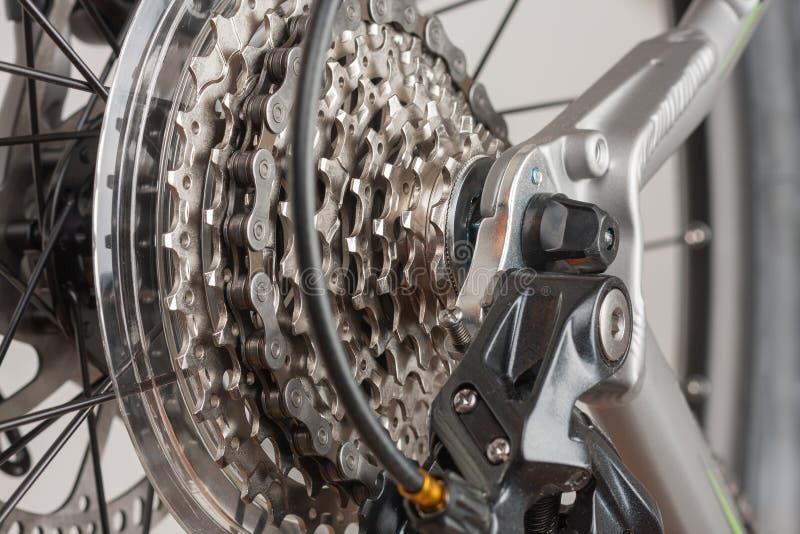 Закройте вверх по кассете 9 скоростей на заднем колесе велосипеда, фото студии стоковое фото