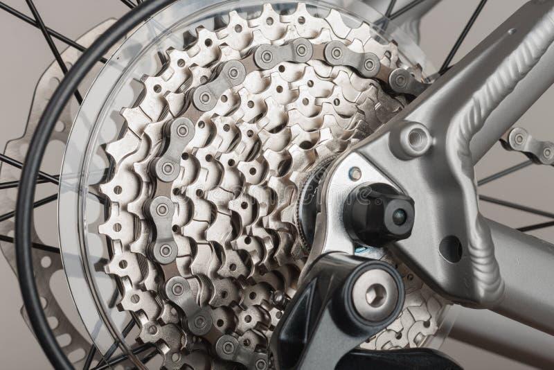 Закройте вверх по кассете 9 скоростей на заднем колесе велосипеда, фото студии стоковые фотографии rf