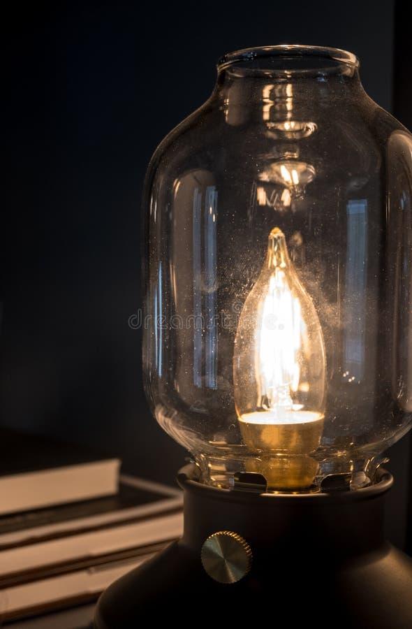 Закройте вверх по классической лампе с запачканным стогом книги стоковое фото rf