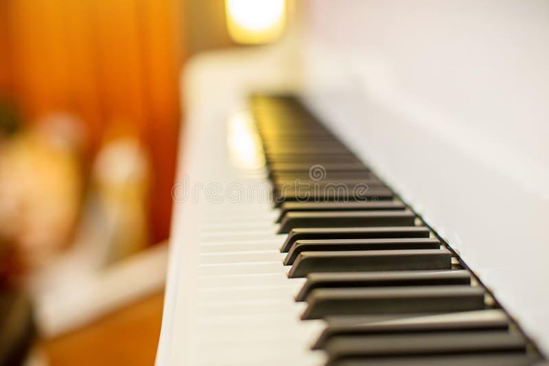 Закройте вверх по ключам ключей рояля черно-белым перспектива от клавиатуры рояля стоковое изображение