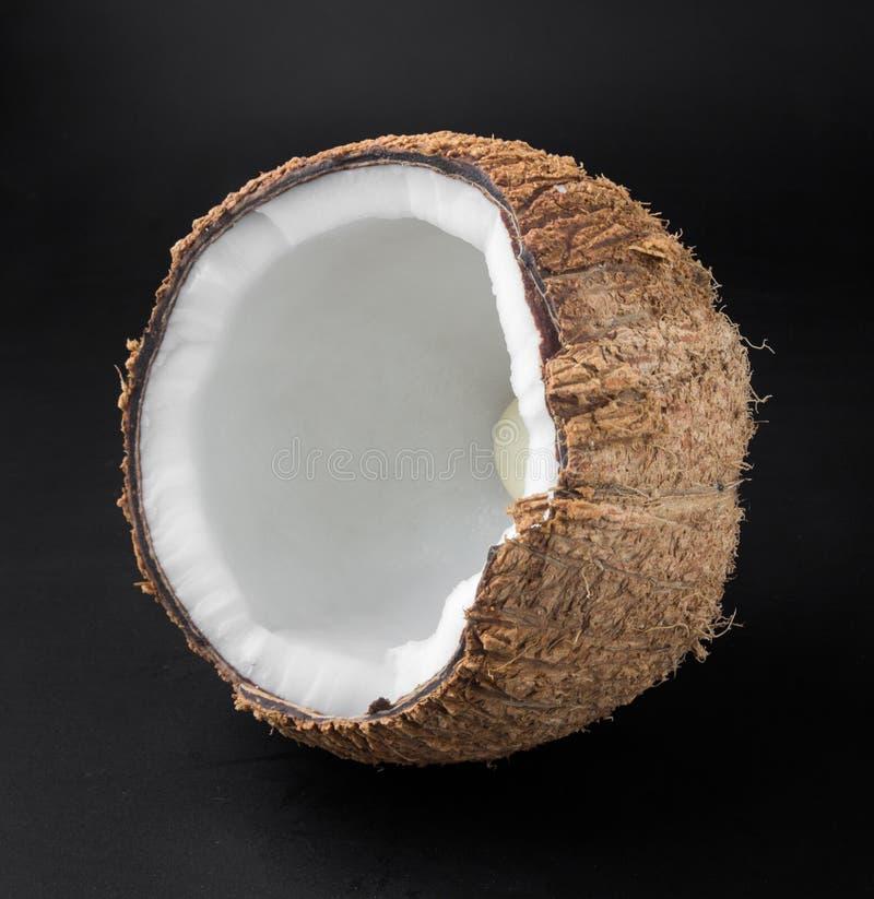 Закройте вверх по кокосам изолированным на черной предпосылке стоковые фото