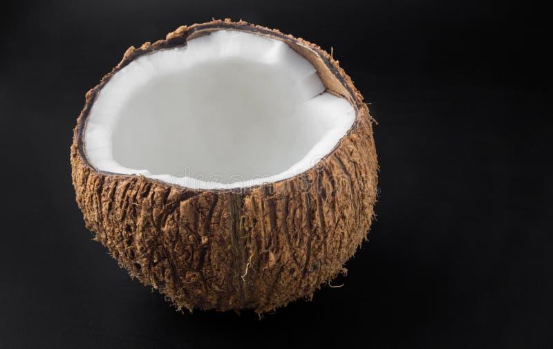 Закройте вверх по кокосам изолированным на черной предпосылке стоковые изображения