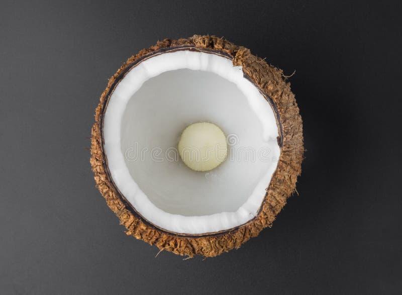 Закройте вверх по кокосам изолированным на черной предпосылке стоковое изображение