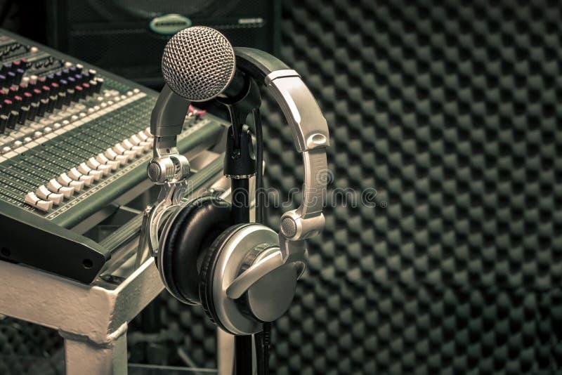 Закройте вверх по концепции предпосылки музыки аппаратур стоковые изображения
