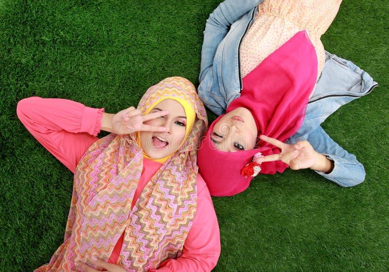 Download Закройте вверх по красивой счастливой мусульманской женщине 2 лежа на траве Стоковое Изображение - изображение насчитывающей счастье, пепельнообразные: 37929007