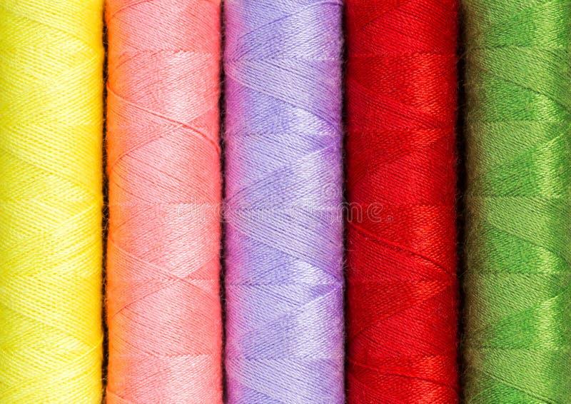 Закройте вверх по красочным катышкам потока используемым в ткани и ткани indus стоковая фотография