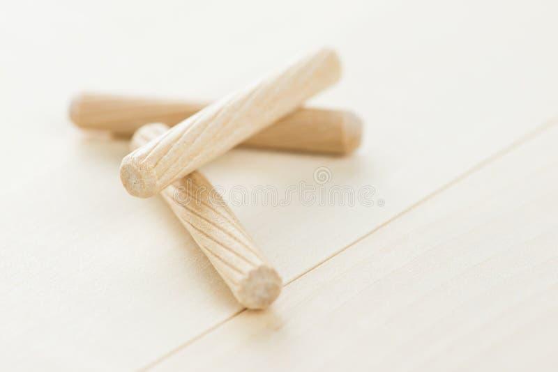 Закройте вверх по куче деревянных контрольных штифтов на деревянной предпосылке стоковая фотография rf