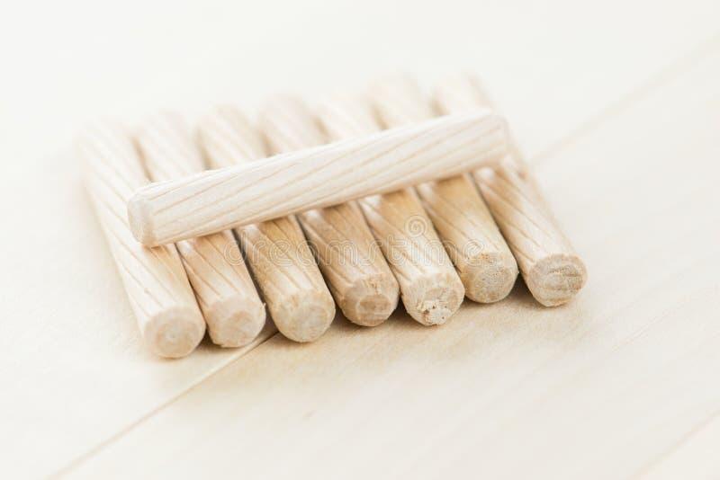 Закройте вверх по куче деревянных контрольных штифтов на деревянной предпосылке стоковое фото rf