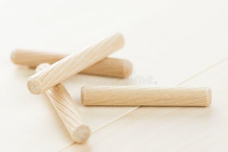 Закройте вверх по куче деревянных контрольных штифтов на деревянной предпосылке стоковая фотография
