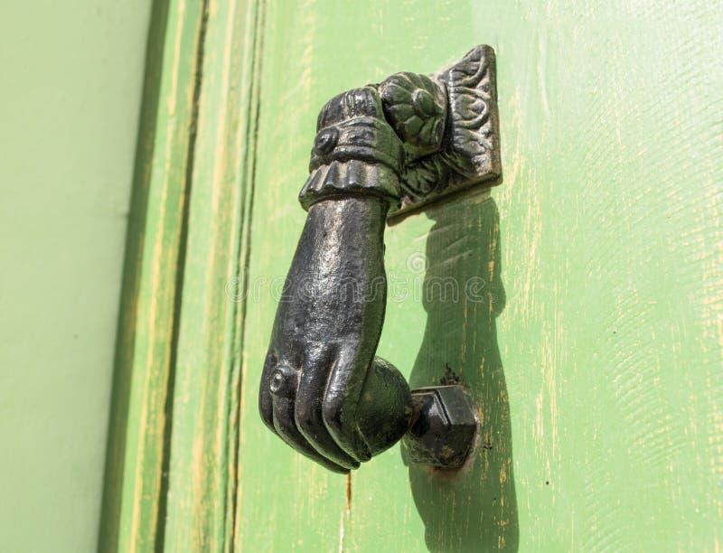 Закройте вверх по классике Knocker двери стоковое изображение