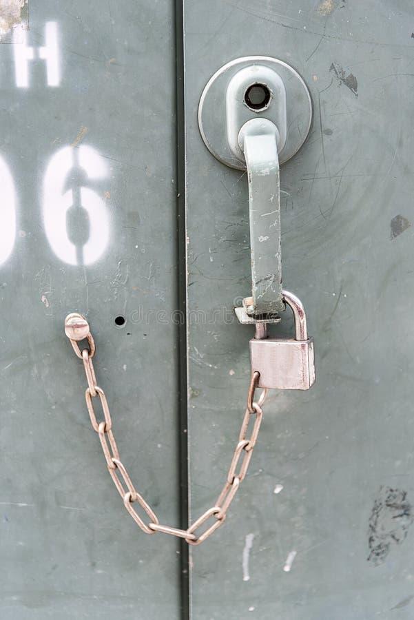 Download Закройте вверх по ключу заржаветых старых шкафчиков Стоковое Фото - изображение насчитывающей комбинация, содержание: 81811558