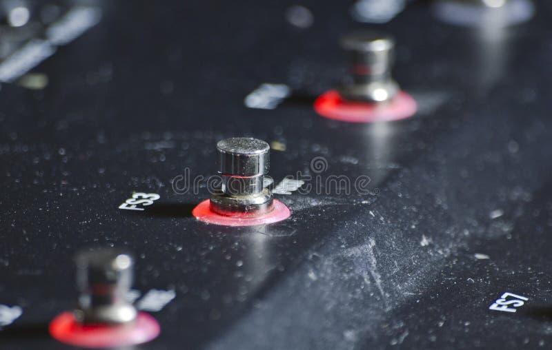 Закройте вверх по макросу открытой педали влияний floorboard гитары стоковое фото rf