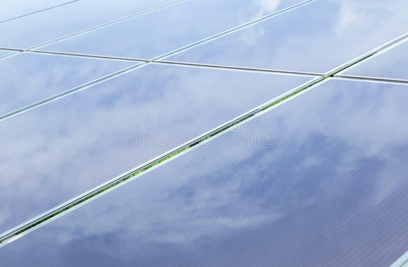 Закройте вверх по массиву фотоэлементов тонкого фильма или аморфических фотоэлементов кремния или photovoltaics в электрической с стоковое фото rf