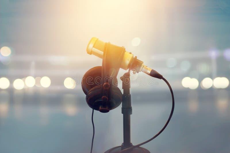 Закройте вверх по микрофону и наушникам для диктора в стадионе бокса стоковые фотографии rf