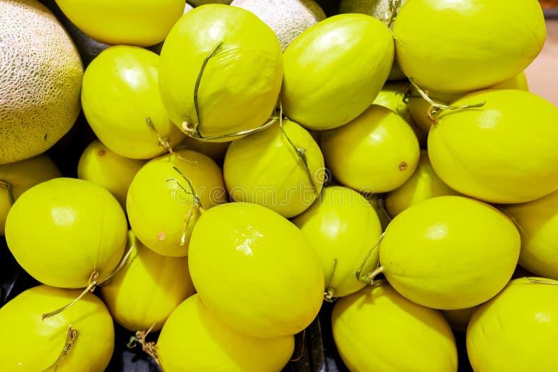 Закройте вверх по много дынь Ферма земледелия рынка подноса лета вполне органических плодоовощей еда здоровая стоковая фотография rf