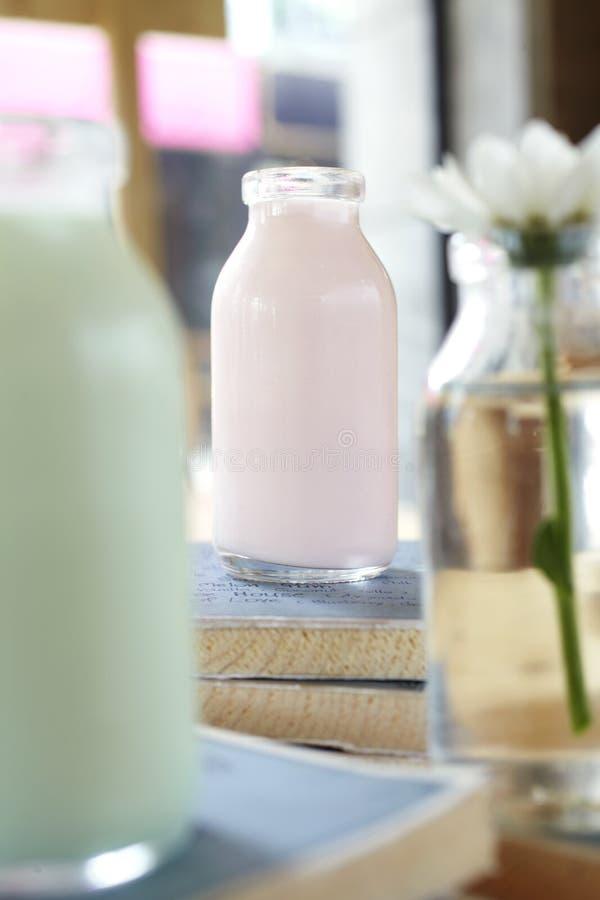 Закройте вверх по молоку клубники стоковая фотография