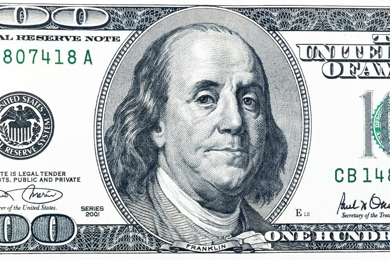 Закройте вверх по надземному взгляду Бенджамина Франклина смотрите на на счете доллара США 100 Крупный план долларовой банкноты С стоковая фотография rf