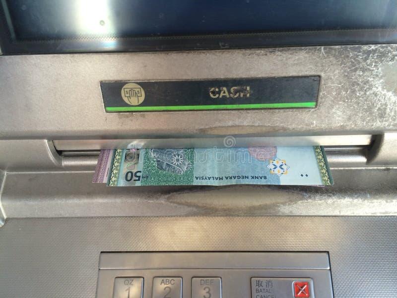 Закройте вверх по наличным деньгам Малайзии ринггита вне от машины ATM стоковое фото rf