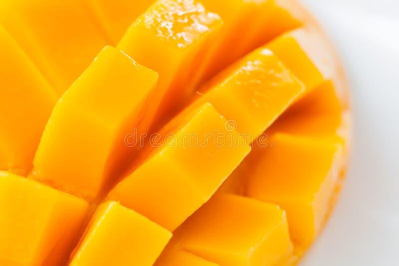 Закройте вверх по отрезку кубов куска манго сулоя стоковые изображения rf