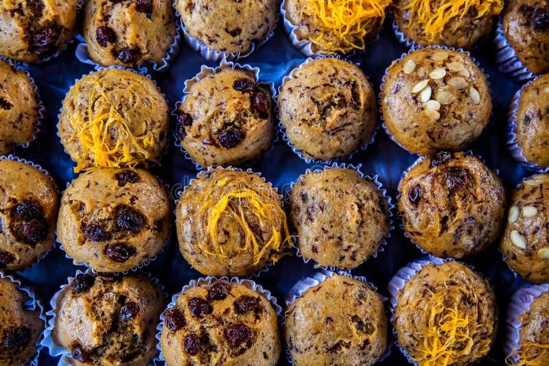 Закройте вверх по пирожному шоколада покрытому изюминкой и миндалиной на баре помадок стоковое изображение