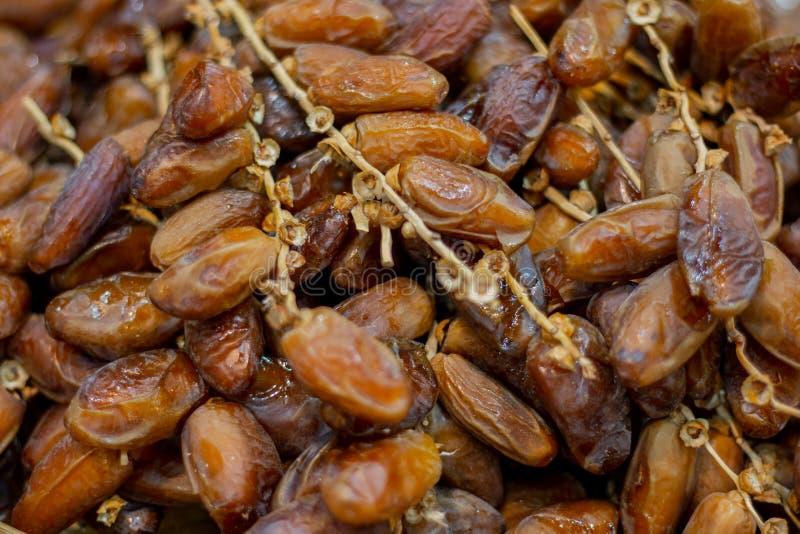 Закройте вверх по плодам финиковой пальмы на корзине стоковая фотография